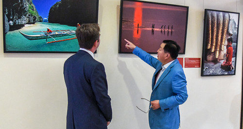 The Silk Road Journey Photograph Exhibition Makes Its Appearance at the Boao Forum for Asia at Its Second Anniversary